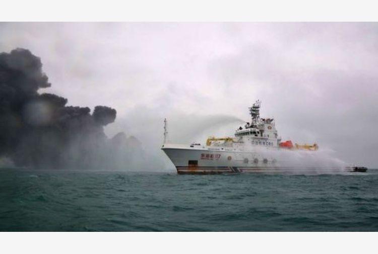 Cina: petroliera affondata, rischio di disastro ambientale
