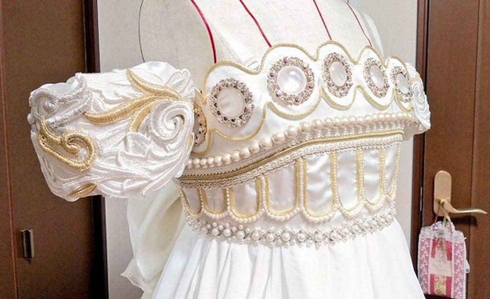 Stilista  confeziona l'abito nuziale di Sailor Moon per un'amica